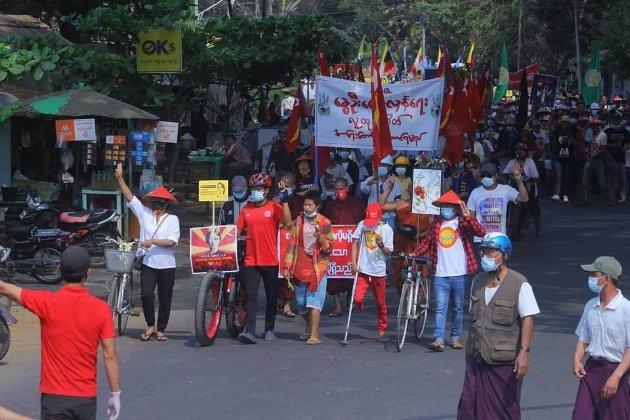 Fredelege demonstrantar mot kuppet i Myanmar.