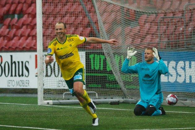 TØFF SESONG: Ull/Kisas Sverre Martin Torp jubler, mens Strømmens Simen Lillevik fortviler. RB-sporten tror det blir en tøff sesong for begge romeriksklubbene i Obos-ligaen.
