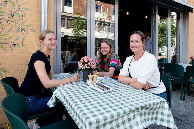 Amanda Evensen Tviberg, Karoline Evensen Tviberg og Karianne Tviberg er klar for gresk mat hos Elia i Lillestrøm