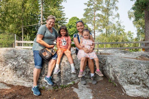 Bestemor Astrid Karin Haugen, Anne Mari Brendemoen, Jaife Brendemoen og Lisa Marie Brendemoen harm fått lov til å mate dyrene i dag.