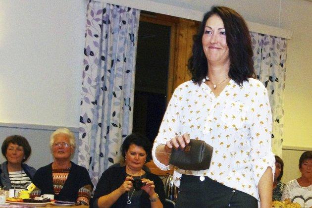 TIL HVERDAGS: Heidi viser klær og veske fra Marits Mote.