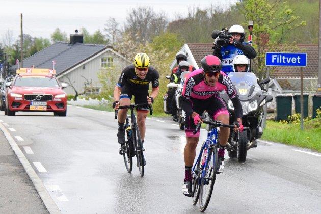 En av Mazana Postobon lagets ryttere prøvde seg på et rykk.