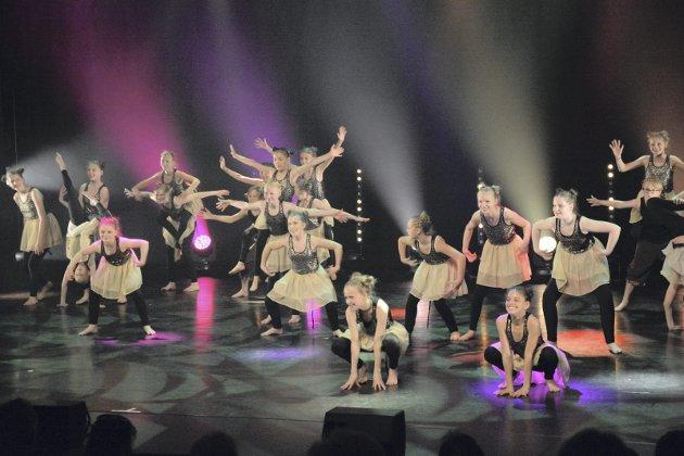 Jazzdansere: Jazzdansgruppa i aldersklassen 5. til 7. klasse fra Slemmestad danser til brasilianske rytmer.