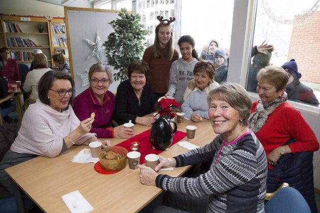 SANITETSDAMENE: Mona Myrbo, Astrid Nergaard, Merete Skeie, Karin Bauer, Berit Janjak og Torunn Rønning med elevene Michell Wettese og Julia Seegaard.