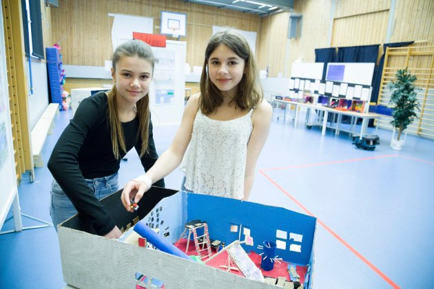 Lekerom: Ingeborg B. Espeland og Andrea Bolstad synes 2-klassens modell med spillerom og gymsal er bra.
