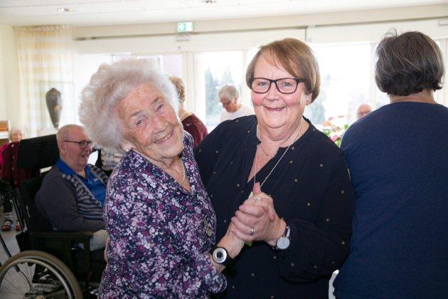 FOR ET SMIL: Det er liten tvil om at Gunnvor Bjørk koser seg med sin dansevenn Kari Tjugum.