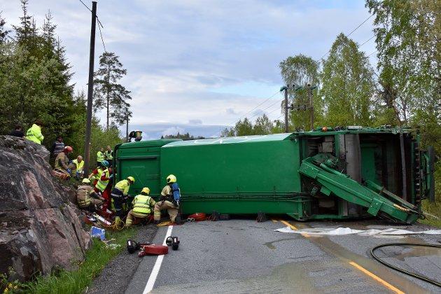 I 19:15-tiden fikk nødetatene melding om en lastebil som hadde kjørt av veien og veltet ved Klokkarstua.