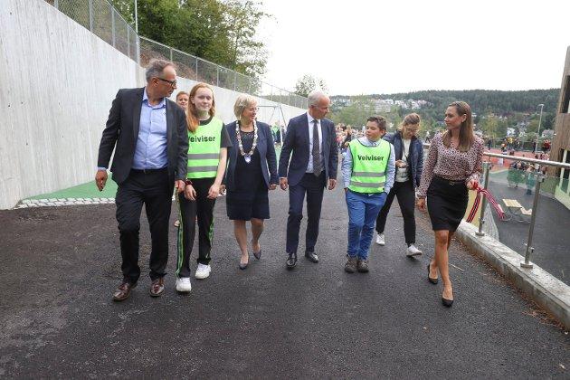 Kunnskapsminister Jan Tore Sanner ble ledet inn på skolen av rektor, elevrådsledere, ordfører og FAU.