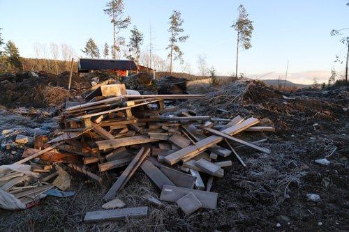 DETALJER: Planker og bygningsavfall er lagt på området.