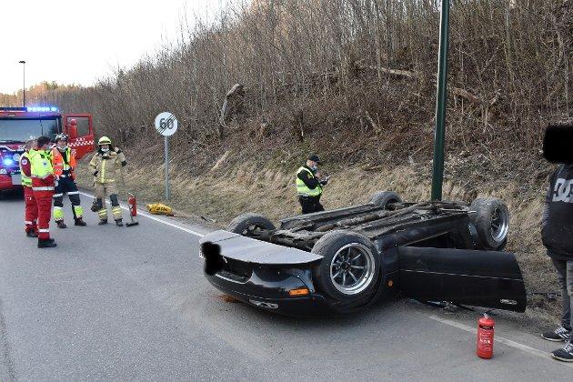 Bil havnet på taket ved Åroselva lørdag.