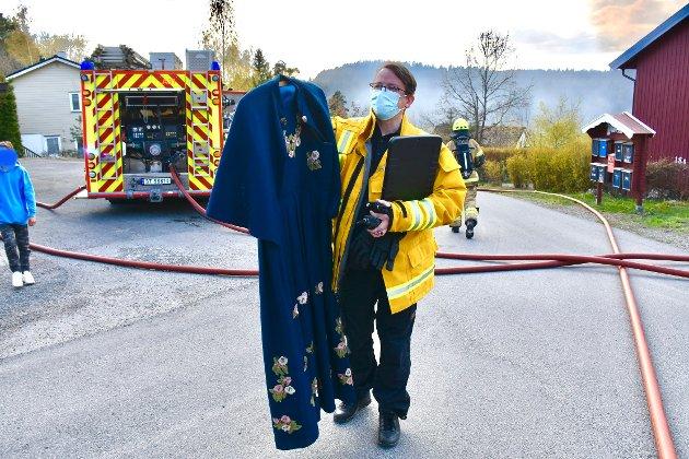 Utrykningsleder i ABBR Nils Georg Nordskag med en bunad som ble berget ut av røykdykkere.
