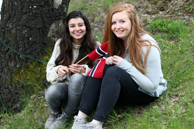 2012:  Ingvild Vibeke Schibsted (16) og Soma Sayid (17) ser fram til å feire Norges nasjonaldag 17. mai. Foto: Anette Snarset