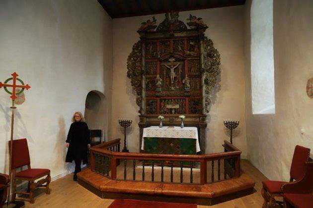 NATURLIG: Det nye antependiumet passer godt inn i den gamle middelalderkirken og dens interiærinteriær.