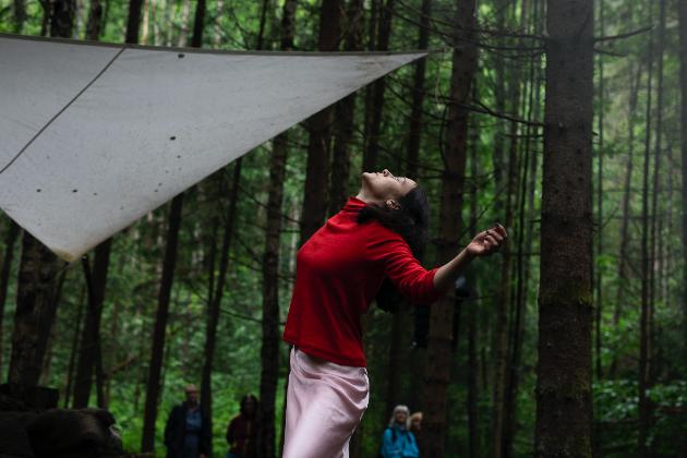 DANS:Danser og koreograf Ida Haugen bidro med dans i skogen.