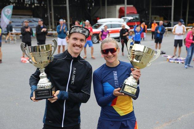 BEST: Svenske Julius Strömberg løp for Oslostudentenes IK - Friidrett og kom aller først i mål. Da får han et napp i vandrepokalen akkurat som sveitsiske Andrea Eugster som var best av damene i Røykenmila 2021.