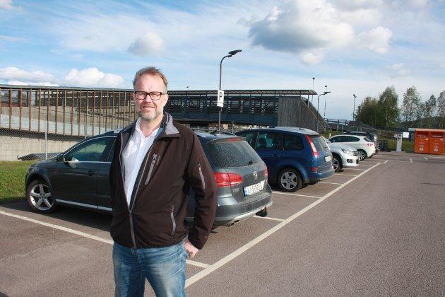 PARKERINGSPROBLEMER: Knut Vidar Hoholm på parkeringsplassen på Sande stasjon.