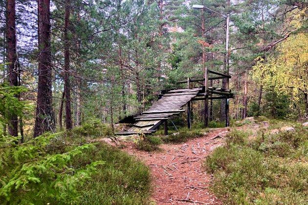 TUR SKAFJELL:  Rester etter et gammelt hoppstilas. Denne bakken har ikke vært i bruk de siste 20 år.