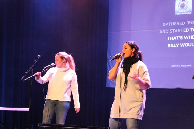 Fra venstre: Mari Dodd Kjølstad og Dorina Marie Eldøy-Iversen bidro med bunnsolid trøkk onsdag kveld.