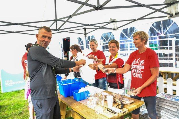 SEKRATIRIATET: Jarle Svendsen fikk sitt startnummer utdelt fredag. Han deltar i terrengrittet Sandefjord Grad Challenge lørdag i klassen 45-49 år. - Jeg ønsker å gjøre det best mulig, med en slutttid under tre timer, sier Svendsen, som har deltatt en rekke ganger. Antall påmeldte passerte ved 17-tiden 300. Bak fra venstre: Vibeke Sneisen, Eiisabet Trevland, Anita Eskedal og Kari Bettum.