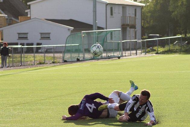Det ble mange tøffe dueller i kampen mellom Fevang og GØIF, her er det Anders Sørensen som blir taklet av Alexander Larsen, som forøvrig måtte gå av banen med en håndskade.