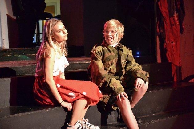 Dropp-revyen «Helt på ville veier» ved Andebu ungdomsskole hadde premiere mandag og spilles til og med fredag.