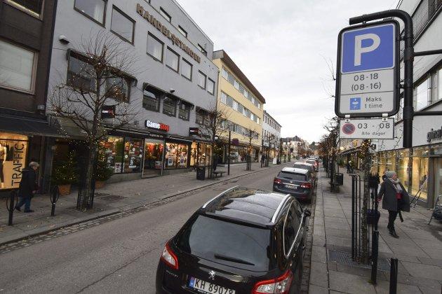 PARKERING: Det er kanskje ikke det aller smarteste å ha et voldsomt antall biler kjørende i sirkler for å prøve å finne en gratis parkeringsplass, skriver Charlotte Jahren Øverbye. Foto: Morten Solberg