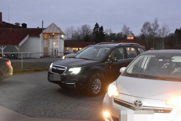 Det er ikke mye plass eller tid til å parkere og slippe av barna ved skolen. Morgenkaos ved Vennerød skole.