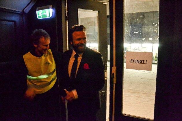 Julekonsert med Sandefjord Storband i Verdensteateret. Kåre Conradi lurer seg inn etter at konserten har startet. Til vnstre tar Dagfinn Haugen imot.