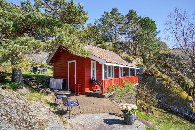 RØDMALT HYTTE: Hytta på eiendommen er fra 1906, men modernisert i 1980. Det er stue, soverom og kjøkken i hytta, men den har ikke innlagt vann og strøm.