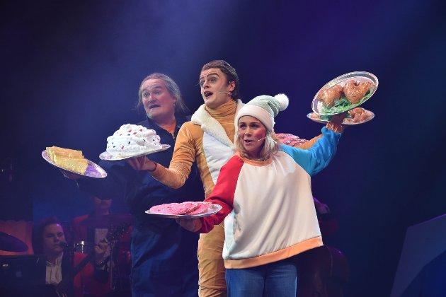 LEKKERT PÅ FAT: – Nei takk til bjente kajbonadej! De lokale og kjente komikerne spiller på respons fra barna og gjenkjennelse hos de voksne. Det lykkes de godt med. (F.v) Heljar Berge, Robin Horsgaard Larsen og Dagrun Anholt. FOTO: Vibeke Bjerkaas