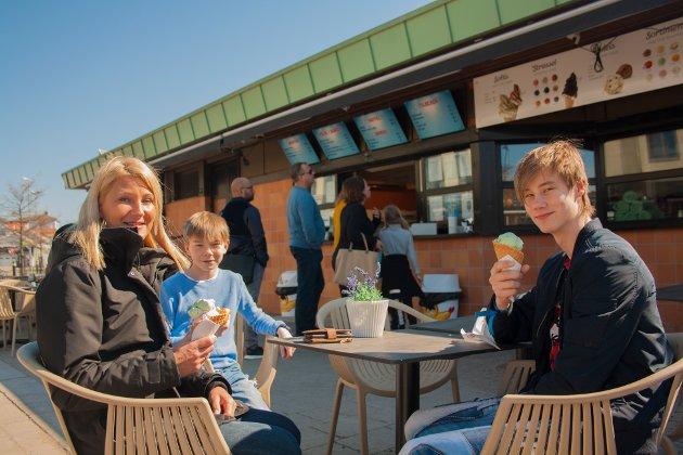 Laila, Lias og Simen Hindenes er på ferie i Sandefjord.  - Nå nyter vi vårsola før vi skal på ferja til Sverige, fortalte Laila.