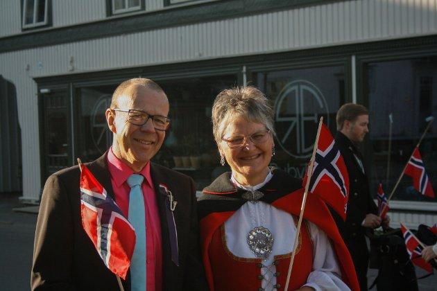 Petter og Åse Marie Vabog møtte opp for å se flaggborgen gå gjennom byen.  - Det er egentlig dette som er ordentlig 17. mai, sa Åse.