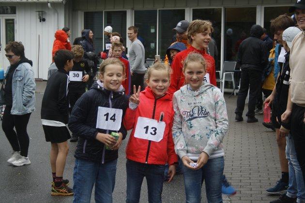 (F.v) Julie Heitmann, Tuva Emilie Tamm Jørgensen og Ada Elisabeth Tamm Jørgensen var klare for å delta i barneløpet.