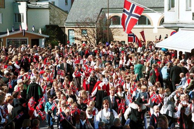 17. mai 1999: I strålende maivær og omkranset av feststemte sandefjordinger snodde barnetoget seg gjennom byens gater. Her passerer Virik skole Hvidts plass på vei mot Preståsen.