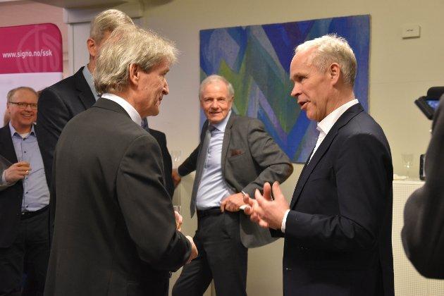 MOTTAKELSE: Kunstnerisk leder i KI Dag Nilssen (t.v.) ønsker finansminister Jan Tore Sanner velkommen til jubileumskonsert i sansekirken ved Signo i Andebu. FOTO: Vibeke Bjerkaas