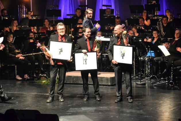 Disse tre musikerne ble utnevnt til æresmedlemmer, etter lang fartstid både som musikere og i ulike verv i Sandefjord musikkorps. Fra venstre: Geir Wike (saxofon), Lasse Eriksen (klarinett) og Stein Johansen (klarinett).