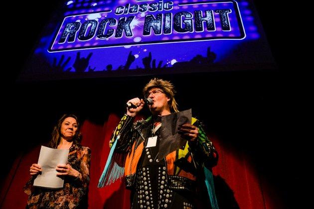 Classic Rock Night 2020. Heljar Berge med sin rollefigur Terry Len og Annika Frogner Hansen annonserte vinerne av kveldens Quiz.
