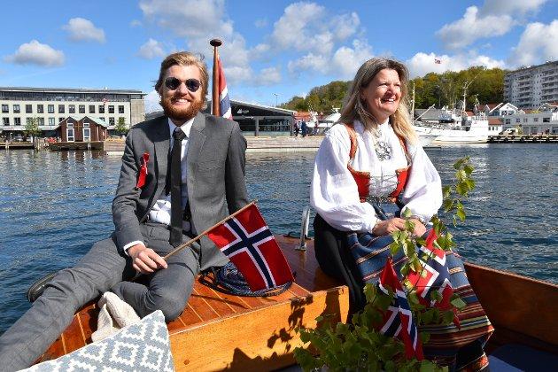 UT FRA KAIA: Gullik-André Fjordbo og Nina Kamfjord Fjorbo gjorde det beste ut av 17. mai 2020. - Vi bestemte oss for å være med på båtkortesja så fort det ble kjent at den skulle arrangeres, sier Nina. FOTO: Vibeke Bjerkaas