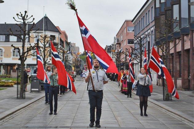 Flaggborgen i front med speidere som leder an.