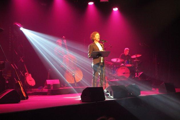 FEMMER: Marius Roth Christensen synger under en konsert på Hjertnes kulturhus fredag 30 juli. Anmeldelsen er skrevet da konserten ble framført i Tønsberg i juni.FOTO: Madeleine Jamieson