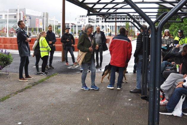 Sandnes kommune på befaring sammen med rusavhengige i den nye parken på Ruten.