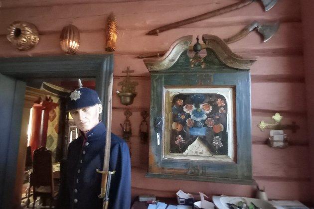 En anelse lik Mike Speight denne soldaten i resepsjonen. Hulshuggingsredskap oppe til høyre.