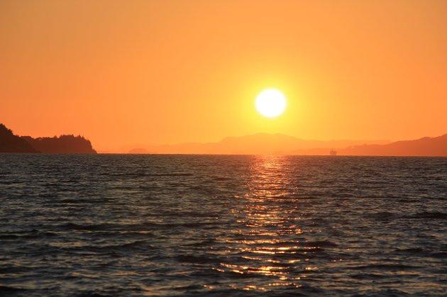 Solnedgang  bak Idse. Sett fra Høgsfjordferja.