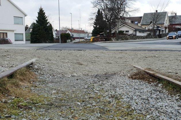 ÅLGÅRDBANEN:  Denne planovergangen i Hoveveien er et av flere hindre som må forseres om framtidige tog skal trafikkere på Ålgårdbanen.