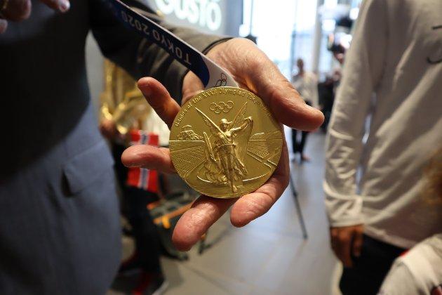 GULL: Her er gullmedaljen til Jakob Ingebrigtsen holdt av ordføreren.