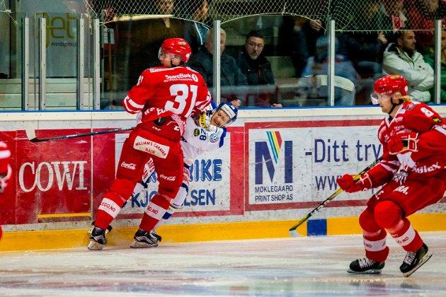 Niklas Roest sendes i isen av Peter Wennerström. FOTO: Thomas Andersen