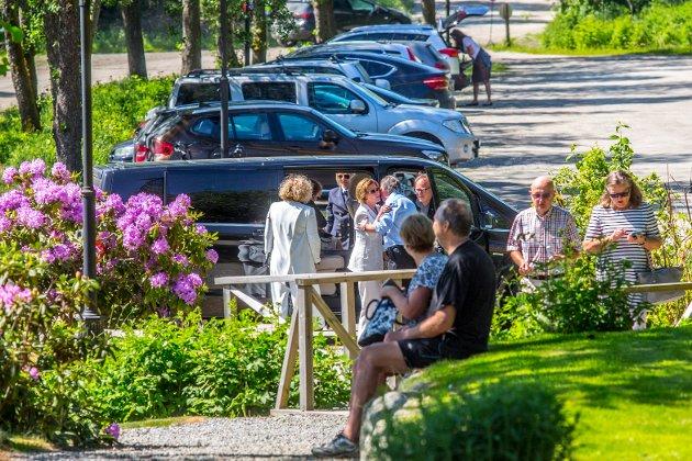 Dronning Sonja ankommer Soli Brug og bir tatt godt imot av Ole Dørje