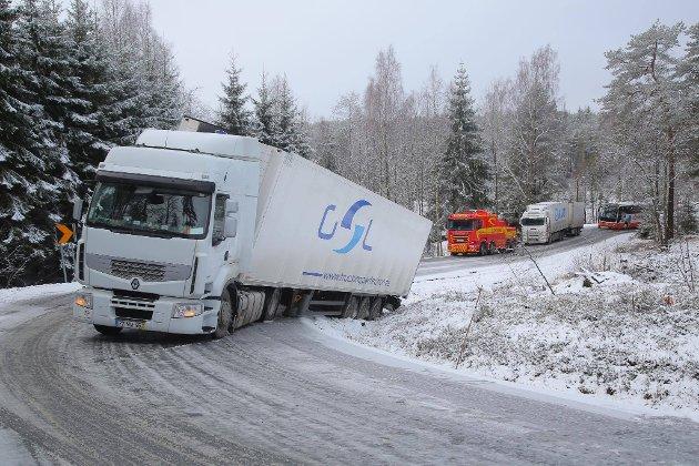 Denne traileren har endt utenfor veien ved Bjørnlandgrenda.