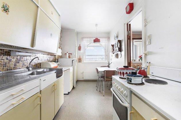 IKKE BYTTET: Kjøkkeninnreredningen er den opprinnelige fra 1971 og dermed hele 47 år.