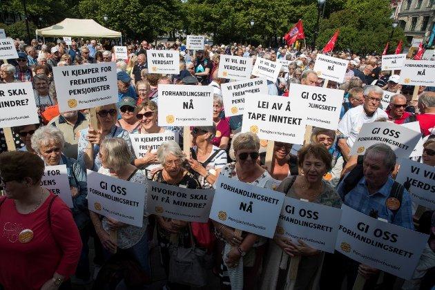 Pensjonistforbundets medlemmer demonstrerte foran Stortinget 6. juni i år. (Foto: Terje Pedersen, NTB Scanpix)